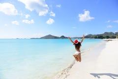 Femme de vacances de voyage de plage de Noël dans le chapeau de Santa photos libres de droits