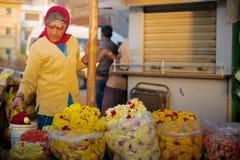 Femme de vendeur de fleur Photo libre de droits