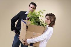 Femme de ventes quittant le bureau avec le cadre photo stock