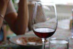 Femme de verre potable de vigne à l'arrière-plan Image stock