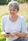 Femme de vieillesse à l'aide du téléphone intelligent Photographie stock