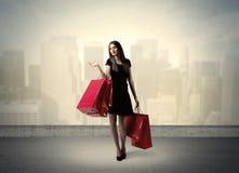 Femme de ville se tenant avec des paniers Image stock