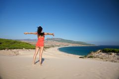 Femme de vol à la plage de Bolonia Photographie stock