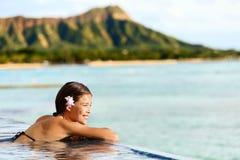 Femme de voyage de plage d'Hawaï détendant à la station de vacances de piscine Photographie stock