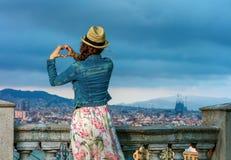 Femme de voyageur à Barcelone, Espagne montrant les mains en forme de coeur Photographie stock libre de droits