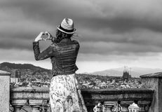 Femme de voyageur à Barcelone, Espagne montrant les mains en forme de coeur Photo libre de droits