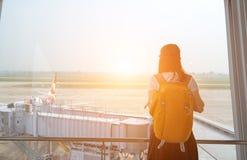 Femme de voyageur à la fenêtre d'aéroport Photo stock