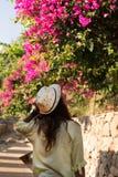 Femme de voyageur appréciant la vue du bouganvilea de floraison Photos libres de droits
