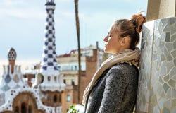 Femme de voyageur au parc de Guell à Barcelone, Espagne en hiver photographie stock