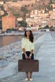 Femme de voyageur avec la valise de vintage Images libres de droits