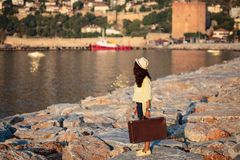 Femme de voyageur avec la valise de vintage Image libre de droits