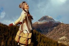 Femme de voyageur contre la r?jouissance de paysage de montagne photo libre de droits