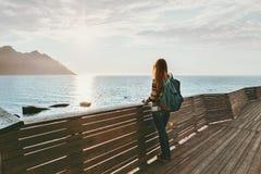Femme de voyageur envisageant de seule la position sur le pont photographie stock