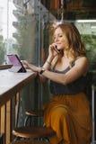 Femme de voyageur parlant à son téléphone portable et employant la technologie moderne Image stock