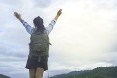 Femme de voyageur se tenant avec le sac à dos appréciant le coucher du soleil sur la crête MOIS Photo libre de droits