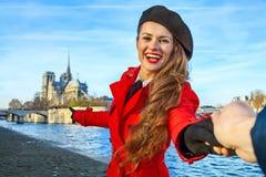 Femme de voyageur tenant la main d'amis et se dirigeant chez Notre Dame Images libres de droits