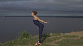 Femme de yoga dans les vêtements de sport, concentration d'énergie Photos libres de droits