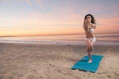 Femme de yoga de plage Photos libres de droits