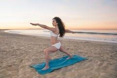 Femme de yoga de plage Photo stock