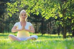 Femme de yoga en parc Photographie stock