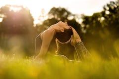 Femme de yoga sur le stationnement vert Images libres de droits