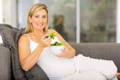 Femme de Youpregnant mangeant de la salade Image libre de droits