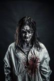 Femme de zombi avec le visage ensanglanté photographie stock libre de droits