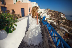 Femme debout blonde aux cheveux longs très belle dans la robe courte sexy Image stock