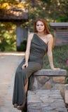 Femme dehors dans l'automne image stock
