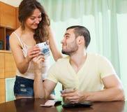 Femme demandant l'argent de son mari Photo stock