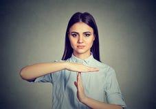 Femme demandant la coupure de temps images libres de droits