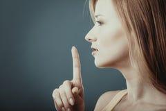 Femme demandant le doigt de silence sur des lèvres Photo libre de droits