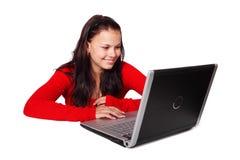 Femme derrière l'ordinateur portatif Photo stock