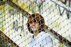 Femme derrière la frontière de sécurité image libre de droits