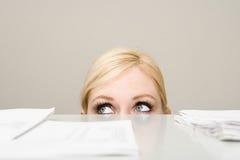 Femme derrière le meuble d'archivage photo stock