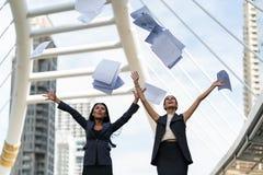 Femme des affaires deux heureuse avec leur travail, le travail drôle Photo libre de droits