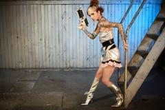 Femme des sciences fiction avec le canon Image stock