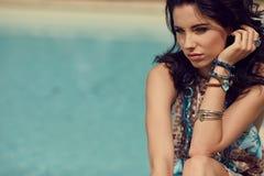 Femme des vacances d'été détendant à la station thermale p de lieu de villégiature luxueux photos stock