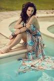 Femme des vacances d'été détendant à la station thermale p de lieu de villégiature luxueux photographie stock libre de droits