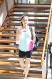 Femme descendant des escaliers image stock
