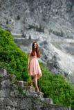 Femme descendant des escaliers avec le fond beautful de nature Photo stock