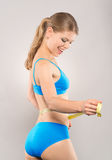 Femme desserrant le poids Image stock