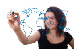 Femme dessinant la carte du monde dans un whiteboard 2 Images stock