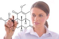 Femme dessinant une configuration de chimie Photos stock