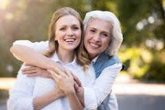 Femme deux amicale de sourire étreignant en parc Image libre de droits