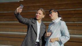Femme deux attirante faisant Selfie banque de vidéos