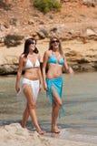 Femme deux attirante marchant sur la plage Photos stock