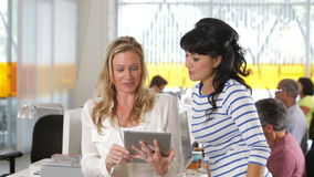 Femme deux avec la Tablette de Digital dans le bureau créatif clips vidéos