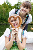 Femme deux avec le bretzel Photographie stock libre de droits
