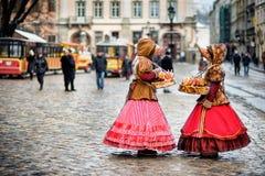 Femme deux dans des vêtements traditionnels restant dans le grand dos dans la vieille ville Photographie stock